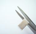 2. Überstehendes Randmaterial entfernen. Achtung, nicht zu weit abschneiden!